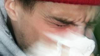 Chico estornudando