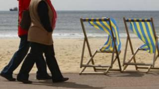 Mulheres andando na praia (foto: BBC)