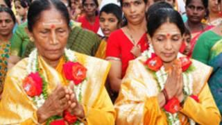 அர்ச்சகர்களாகப் பொறுப்பேற்றுள்ள இந்திரா மற்றும் லக்ஷ்மி