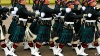 Солдаты одного из шотландских полков в парадной форме (28 июня 2013 года)
