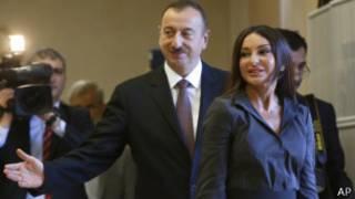 Ильхам Алиев президенттик кызматты 2003-жылы өзүнүн атасы Гейдар Алиевден мурастап калган. Ал диссиденттерди куугунтукка алып, президенттик мөөнөттүн чектөөсүн алып салган.