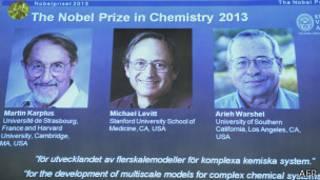 Экран с фотографиями лауреатов Нобелевской премии по химии 2013 года