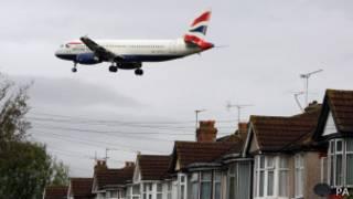 Avião sobrevoa casas ao se aproximar do aeroporto de Heathrow, em Londres
