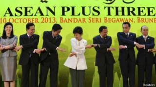 日本首相安倍晋三与韩国总统朴槿惠以及出席东盟加中日韩三国峰会的领袖手拉手(10/10/2013)
