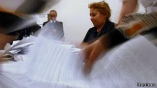 Члены избирательной комиссии перебирают бюллетени в Азербайджане