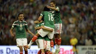 Jugadores de la seleccion mexicana se abrazan tras el primer gol frente a Panama