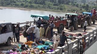 Walionusurika wanawapita waliokufa katika mkanyagano kwenye daraja juu ya mto Sindh, Madhya Pradesh