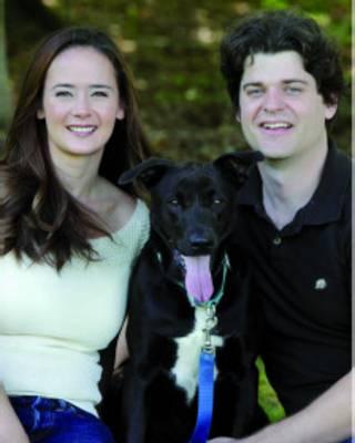 O cientista Brian Hare, sua mulher, Vanessa Woods, e seu cachorro, Tasmania (Foto: Gretchen Mathison/Divulgação)