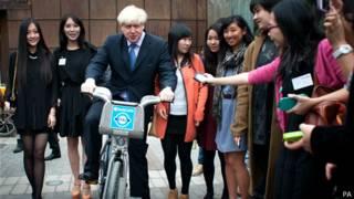 """伦敦市长在北京伦敦创新展上展示伦敦""""鲍里斯单车"""""""