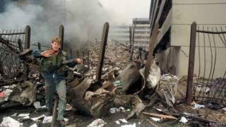 У ворот взорванного посольства в Найроби в 1998 году