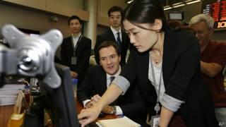 奥斯本(左)在北京中国工商银行总部参观(15/10/2013)