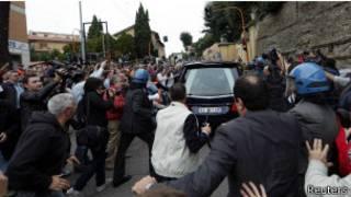 """Протестущие кричали """"палач"""" и """"убийца"""" возле катафалка с телом Эриха Прибке"""