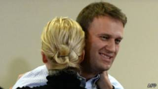 Алексей Навальный обнимает свою жену Юлию в зале суда в Кирове 16 октября 2013 года