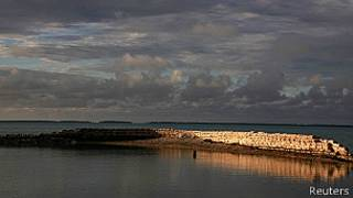Muro para proteger una aldea de Kiribati