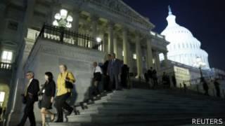 Membros do Congresso americano deixam o local depois de uma das votações durante a noite (Reuters)