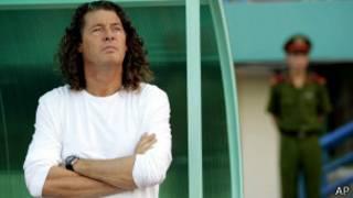 L'entraîneur Bruno Metsu écoutant l'hymne national du Quatar lors de la ligue asiatique des clubs champions