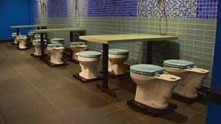 رستورانی که صندلی های آن کاسه توالت است