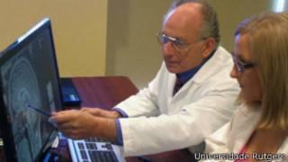 Barry Komisaruk (ao fundo) analisa os resultados de um exame sobre os efeitos do orgasmo sobre o cérebro