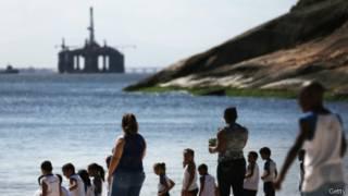 Plataforma de petróleo vista de praia em Niterói