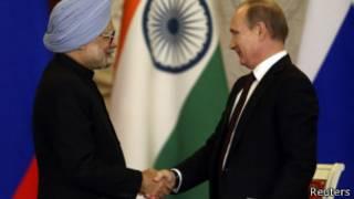 Владимир Путин и Манмохан Сингх на совместной пресс-конференции после переговоров в Москве 21 октября 2013 года