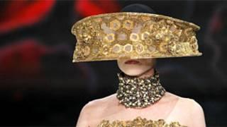 Модель в шляпке пасечника с золотистой отделкой