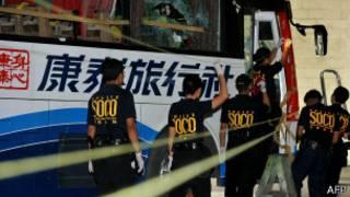 菲律賓警方探員檢查康泰旅行社遭劫持的旅遊大巴(27/10/2010)