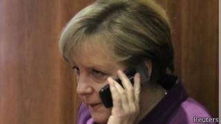 Ангела Меркель говорит по телефону