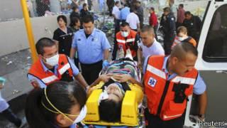 Paramédicos socorren a un herido