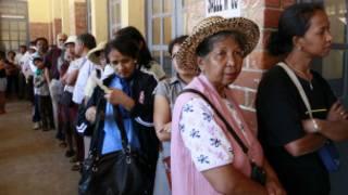 Wakaazi wa Antananarivo wakipanga foleni kabla ya kupiga kura Ijumaa