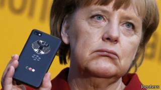 канцлер Германии Ангела Меркель с телефоном