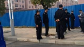 Cảnh sát canh giữ xung quanh tòa án