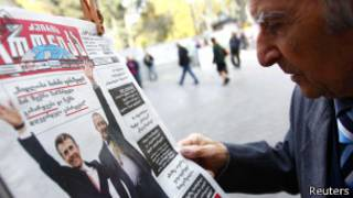 Житель Грузии читает газету