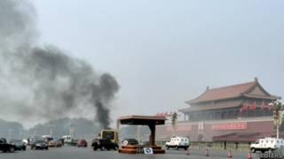 Carro bateu na entrada norte da Cidade Proibida. Foto: Reuters