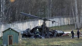 Остатки вертолета на траве