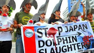 Protestas frente a la emabajada de Japón en Filipinas contra la matanza de delfines por pescadores japoneses