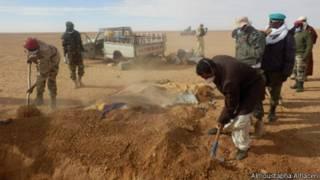 Похороны тел мигрантов, умерших в Сахаре от жажды и голода