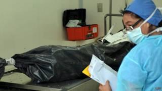 Los cuerpos de las víctimas son recibidos en unidades forenses de México