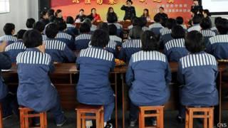 重慶女子監獄在囚人員參與法制教育講座(中新社圖片8/3/2013)
