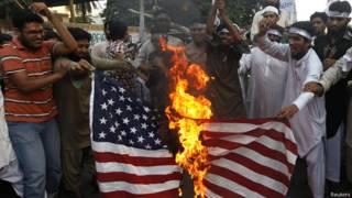 कराची अमरीकी झंडे में आग