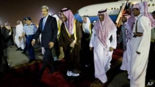 John Kerry a lokacin da ya isa kasar Saudi Arabiyya.