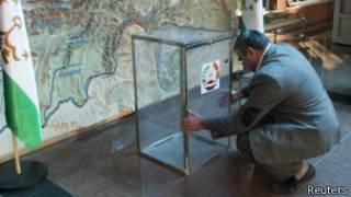 Установка урны на одном из избирательных участков в Таджикистане