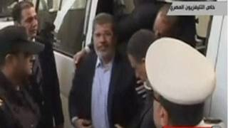 Morsi chega à Corte onde será julgado (BBC)
