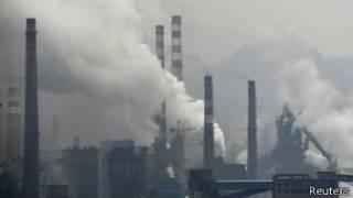 Дым из труб одного из сталеплавильных заводов в Китае