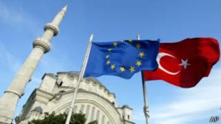پرچم های ترکیه و اتحادیه اروپا