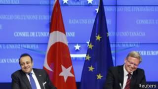 El ministro de Relaciones Europeas de Turquía, Egemen Bagis (izq.) con Stefan Fuele, comisionado de Espansión de la UE