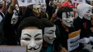 Máscaras de Fawkes usadas em protesto nas Filipinas nesta terça (AFP)