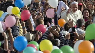 Papa Francisco rodeado de fieles con globos de colores