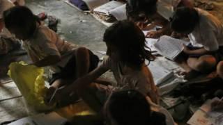 गांव के एक स्कूल में पढ़ते बच्चे (फ़ाइल फ़ोटो)