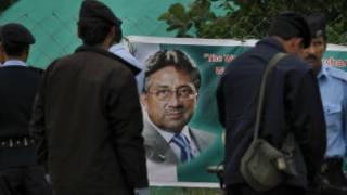 پوستر آقای مشرف در خارج از ویلایش در حومه اسلام آباد