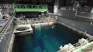 Piscina con barras nucleares en Fukushima
